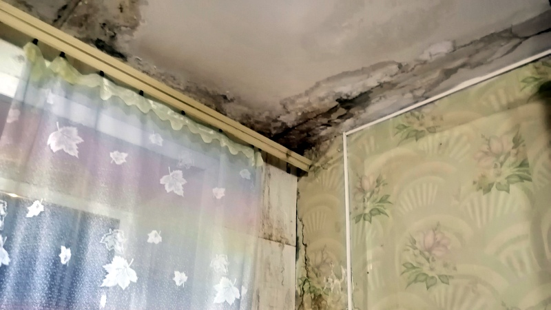 Дырявая крыша архангельской многоэтажки доводит людей до отчаяния