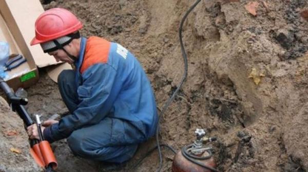 На фото: процесс замены поврежденного участка электрокабеля