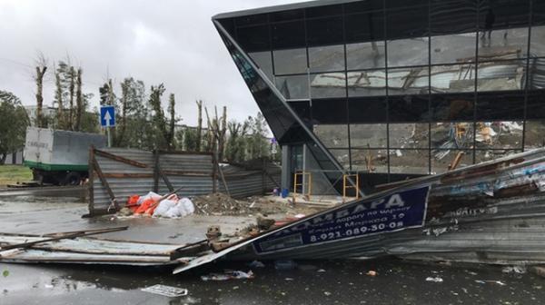 Строительное ограждение у недостроенного терминала вблизи МРВ то же не выдержало удара стихии