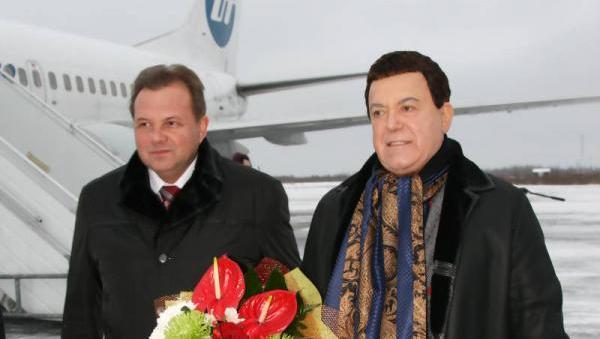 На фото экс-мэр Архангельска Виктор Павленко и народный артист Советского Союза Иосиф Кобзон накануне концерта в театре драмы в 2012 году. Фото с сайта городской администрации.