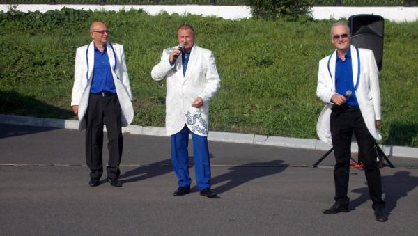 В центре снимка депутат Виктор Заря