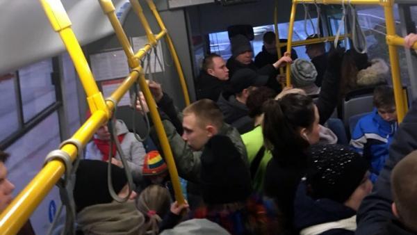 На фото давка в автобусе №5 18 ноября после обеда