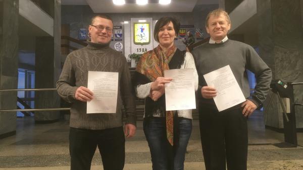 На фото: активисты после подачи уведомления о проведении митинга в администрацию Архангельска