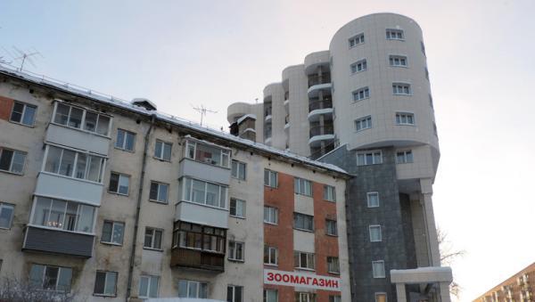 На фото: новый жилой комплекс «Айсберг», примкнувший к старой пятиэтажке