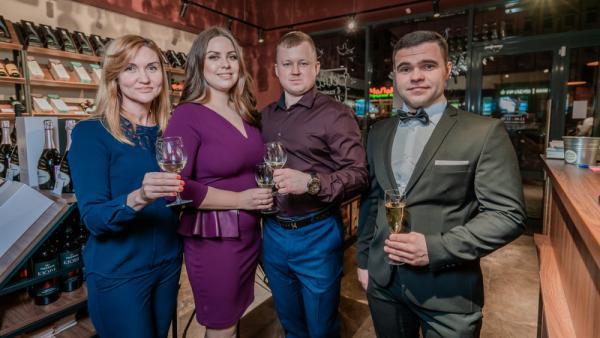 Директор Ателье вина Алексей Чайка с супругой Дарьей (в центре) и гостями вечера