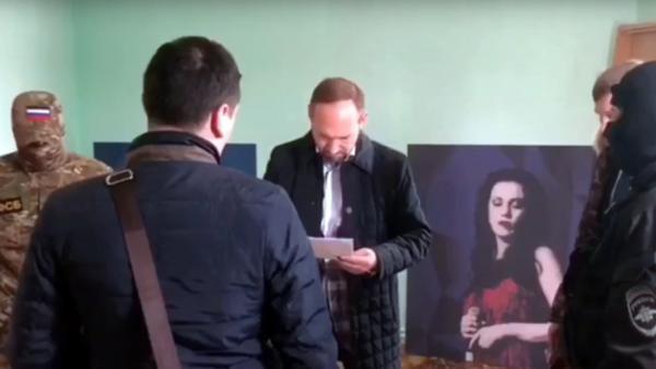 На фото: Александр Бурдыко знакомится с документами правоохранителей