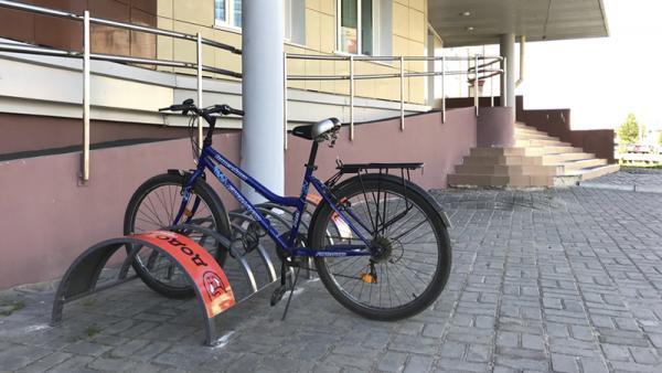 Велопарковка возле института экономики и управления САФУ