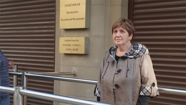 На фото: председатель инициативной группы «Чистая Урдома» Светлана Бабенко с подписными листами у входа в приемную Президента РФ