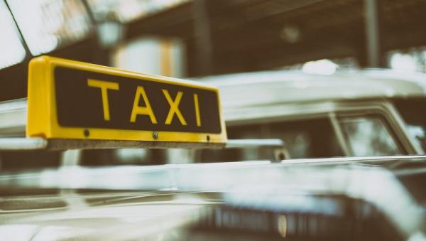В Архангельске на ходу загорелся автомобиль такси