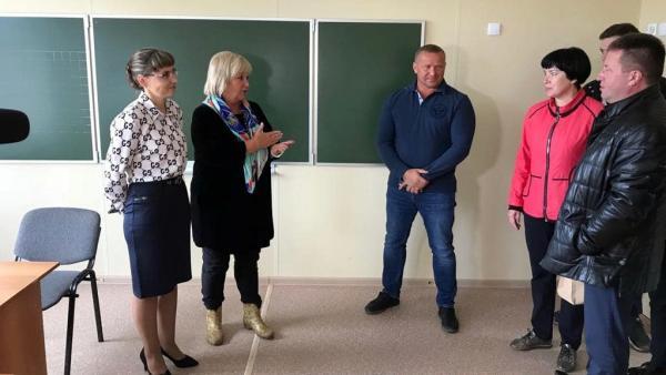 Областная комиссия оценивает ремонт в одной из школ Ленского района