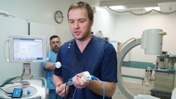 Александр Иваненко демонстрирует криобаллон, который холодом разрушает патологические очаги в сосудах