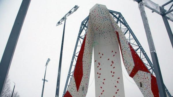 В Северодвинске накануне Нового года открыли 20-метровый уличный скалодром