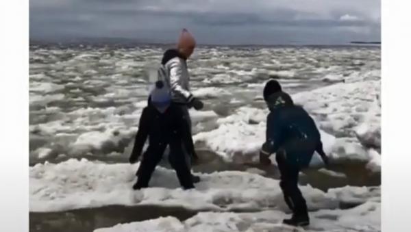 Прыгавшая с детьми по льдинам северодвинка навела переполох в Якутии