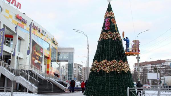 Фотофакт: в Соломбале у торгового центра установили новогоднюю ёлку