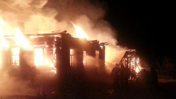 Несколько домов и магазин пострадали от огня в Архангельской области