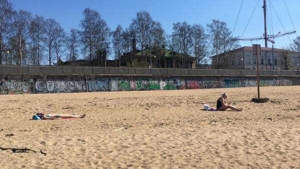 На городском пляже в Архангельске появились первые загорающие